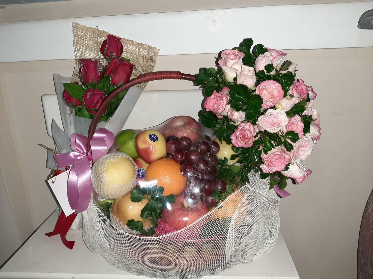 กระเช้าผลไม้ตามฤดููกาล จัดอย่างพิถีพิถัน พร้อมตกแต่งด้วยดอกไม้