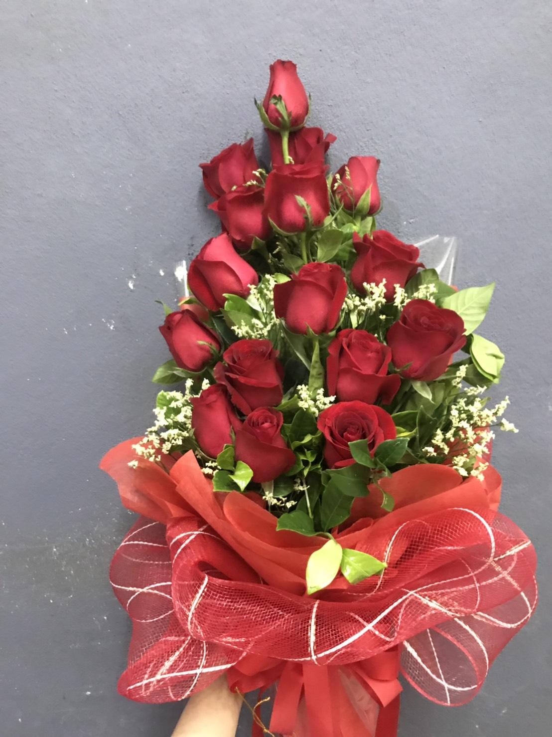 ดอกกุหลาบแดงเลอค่า ถูกนำมาจัดเป็นช่อดอกไม้ดูสวยงามที่สุด