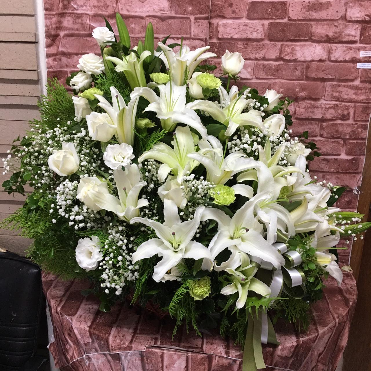 กระเช้าดอกไม้ขนาดใหญ่ คัดดอกไม้หลากชนิดโทนสีขาวมาตกแต่ง