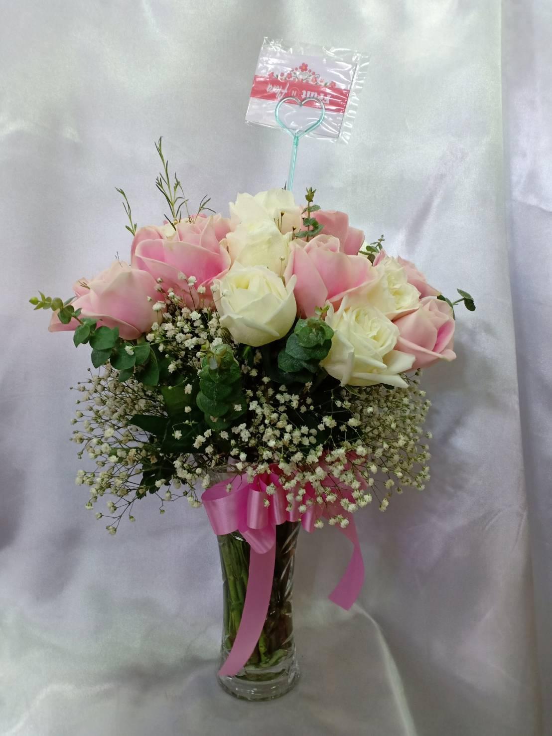 แจกันดอกไม้หวาน ๆ เลือกใช้ดอกกุหลาบคละสีมาจัดเรียงอย่างงดงาม
