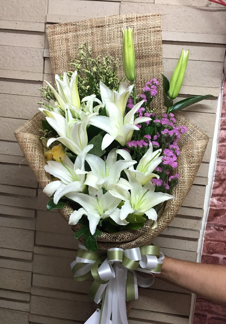 ช่อดอกลิลลี่สีขาวสะอาดตา มาในช่อสีเอิร์ธโทนดูแล้วเข้ากันมาก ๆ