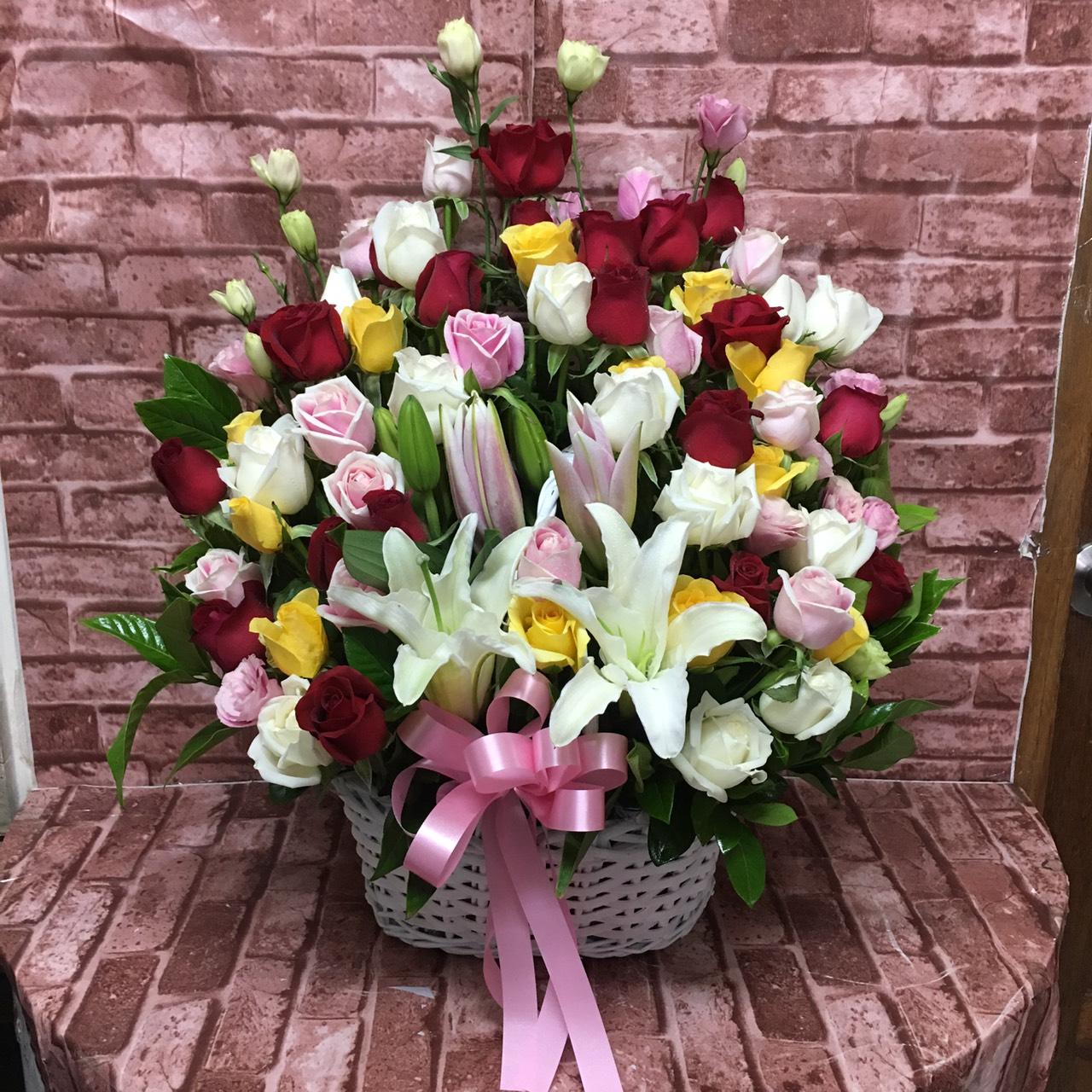 ดอกกุหลาบสีสันต่าง ๆ นำมาจัดเป็นกระเช้าดอกไม้ แซมด้วยดอกลิลลี่