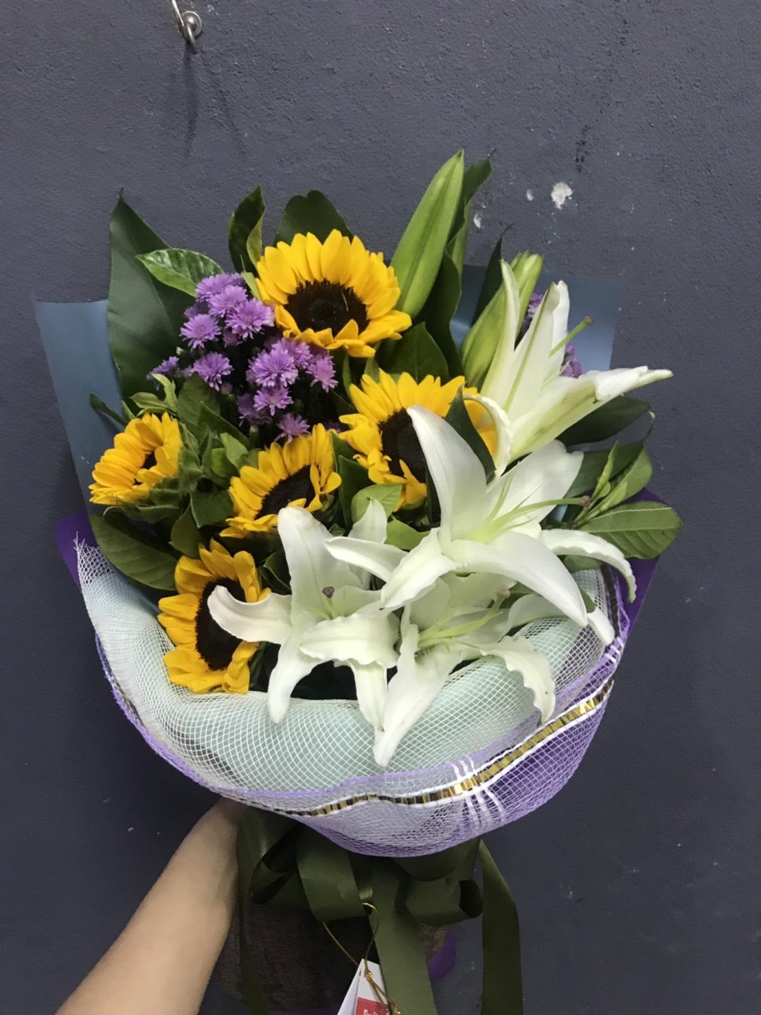 ช่อดอกไม้ดีไซน์พิเศษ มีดอกทานตะวันสีเหลืองเป็นจุดดึงดูดสายตา