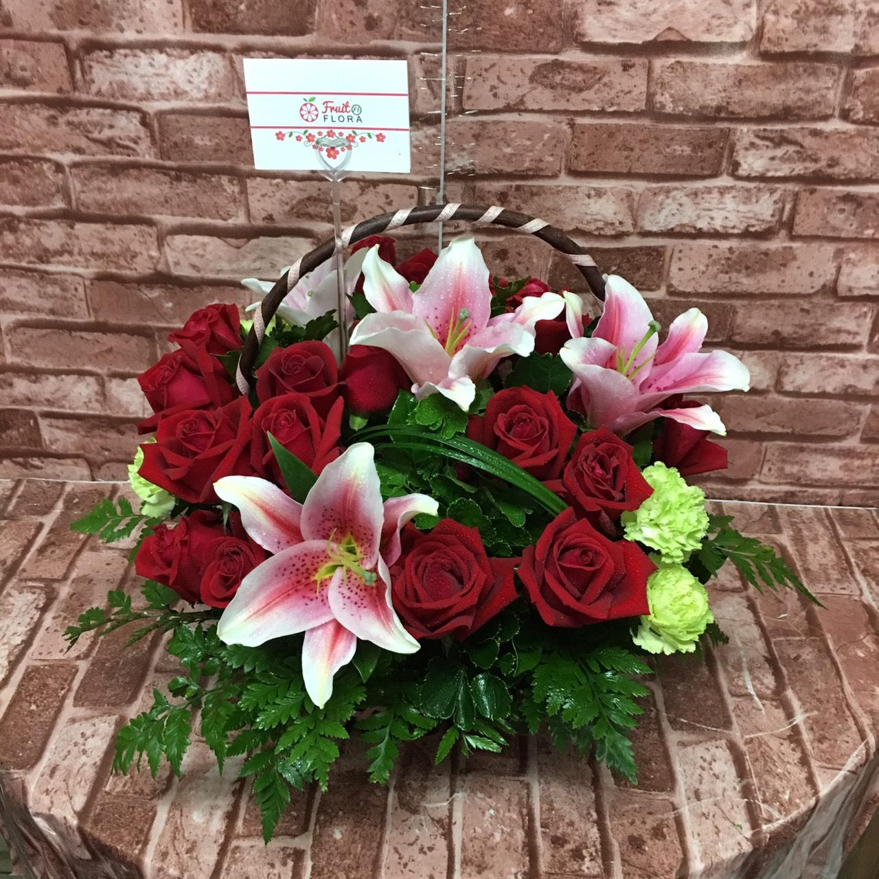 กระเช้าดอกไม้ทรงสวย นำดอกกุหลาบกับดอกลิลลี่มาจัดได้เข้ากัน