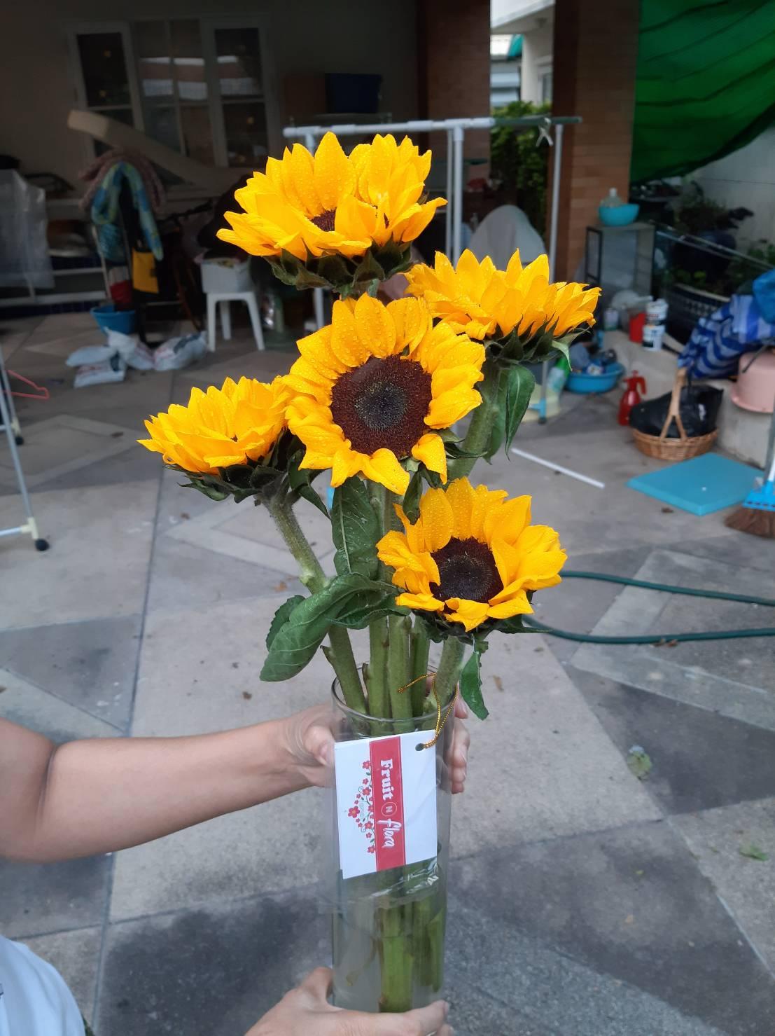 สีเหลืองของดอกทานตะวัน นำมาจัดเป็นแจกันดอกไม้ก็สวยไปอีกแบบ