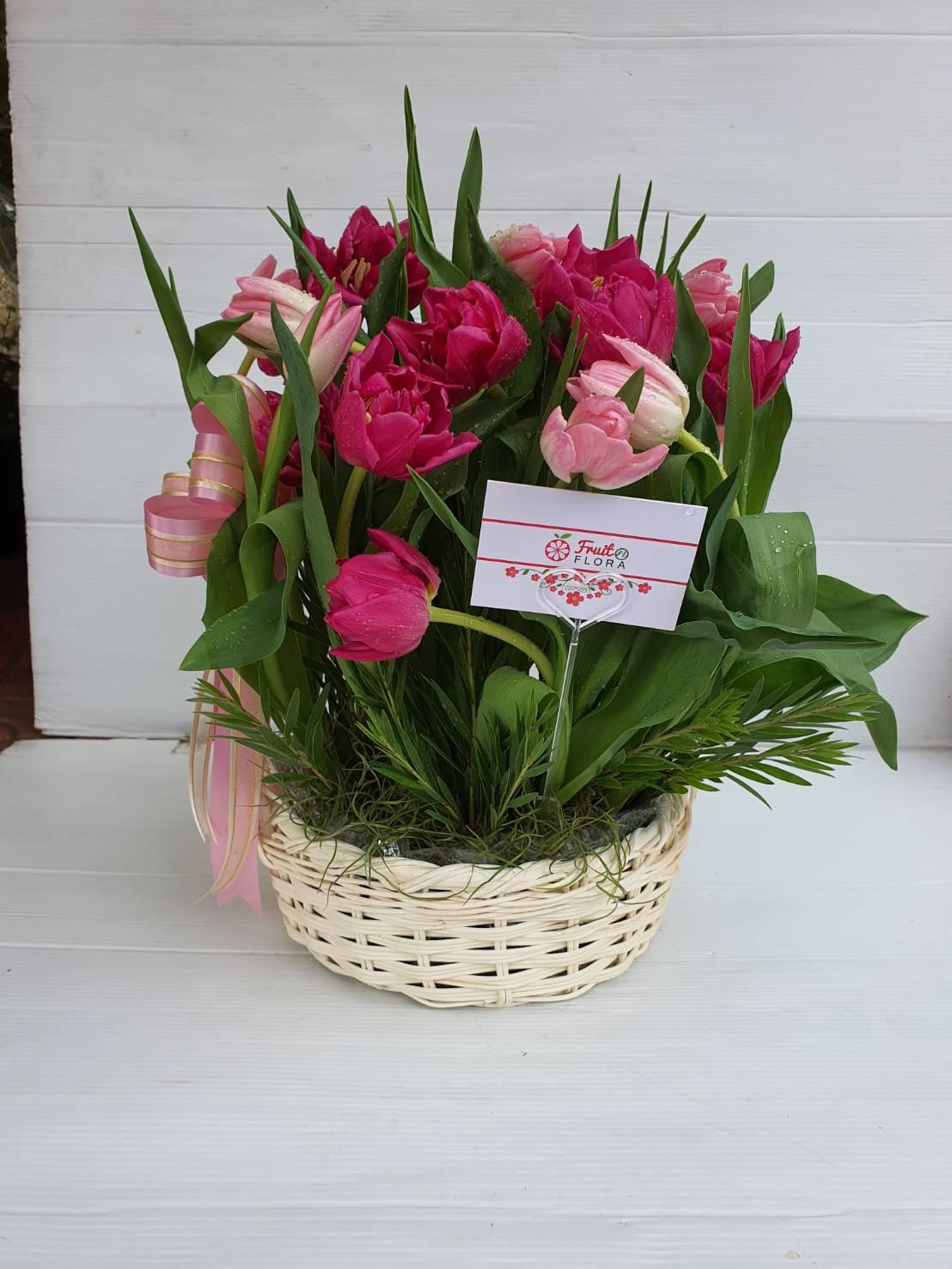 ดอกทิวลิปจำนวนมากถูกนำมาจัดเป็นกระเช้าดอกไม้ที่สวยและหวานมาก