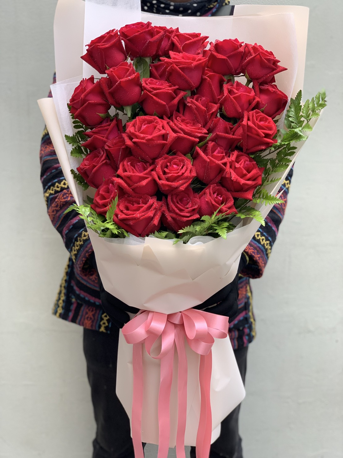 ช่อดอกไม้ที่คัดดอกกุหลาบแดงมาแบบเน้น ๆ จัดเต็มในทุกรายละเอียด