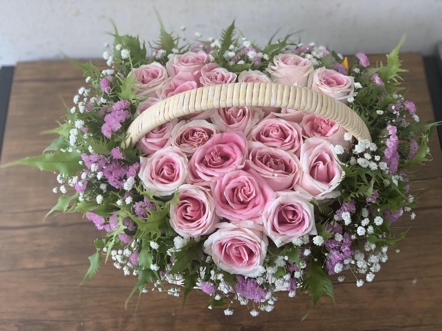 กระเช้าดอกกุหลาบสวย ๆ รายล้อมด้วยดอกยิปโซและดอกสแตติส
