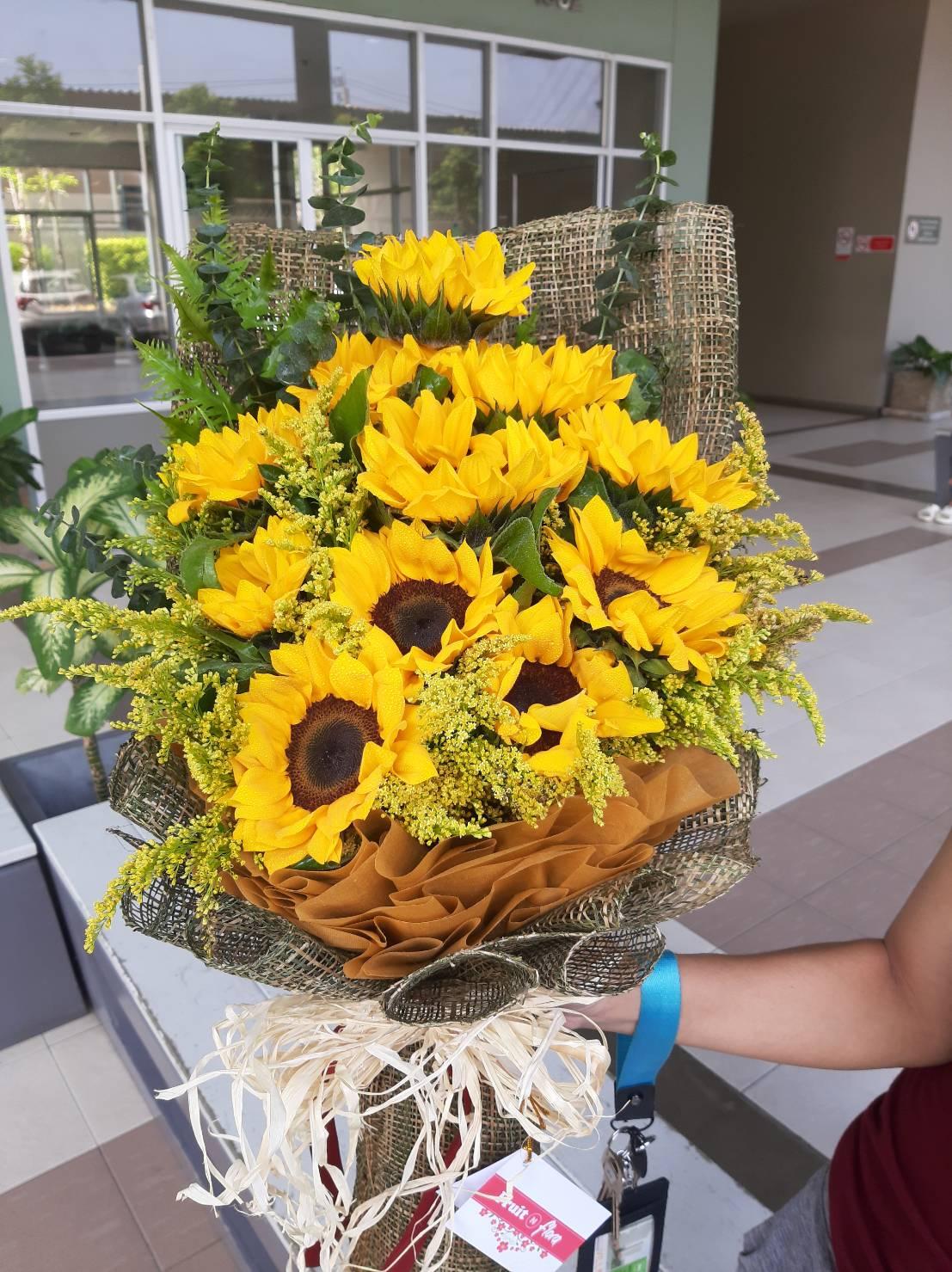 ดอกทานตะวันสวย ๆ จัดเป็นช่อดอกไม้โทนสีน้ำตาล งดงามดีเหมือนกัน