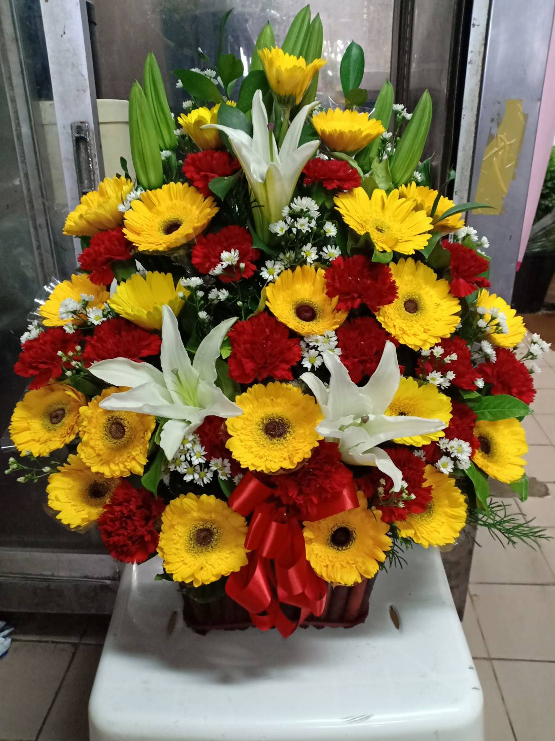 เต็มไปด้วยสีสันจริง ๆ สำหรับกระเช้าดอกไม้สำหรับคนพิเศษของคุณ