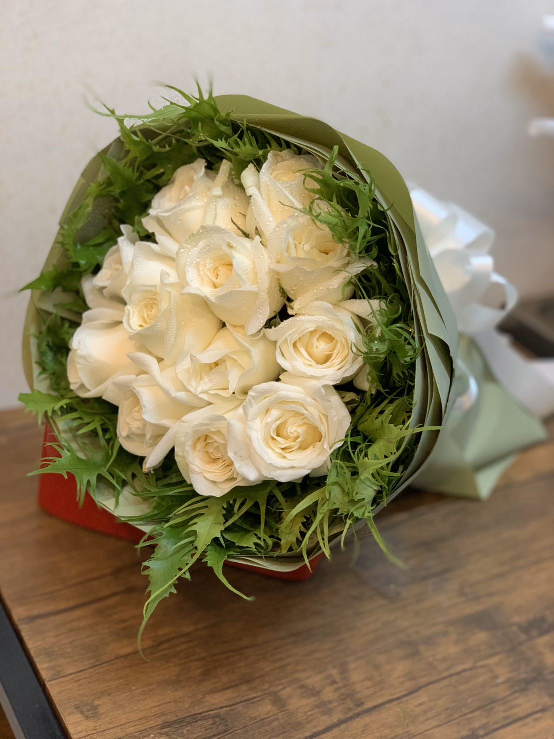 นี่คืออีกหนึ่งช่อดอกกุหลาบขาวบริสุทธิ์ที่จัดองค์ประกอบมาอย่างบรรจง