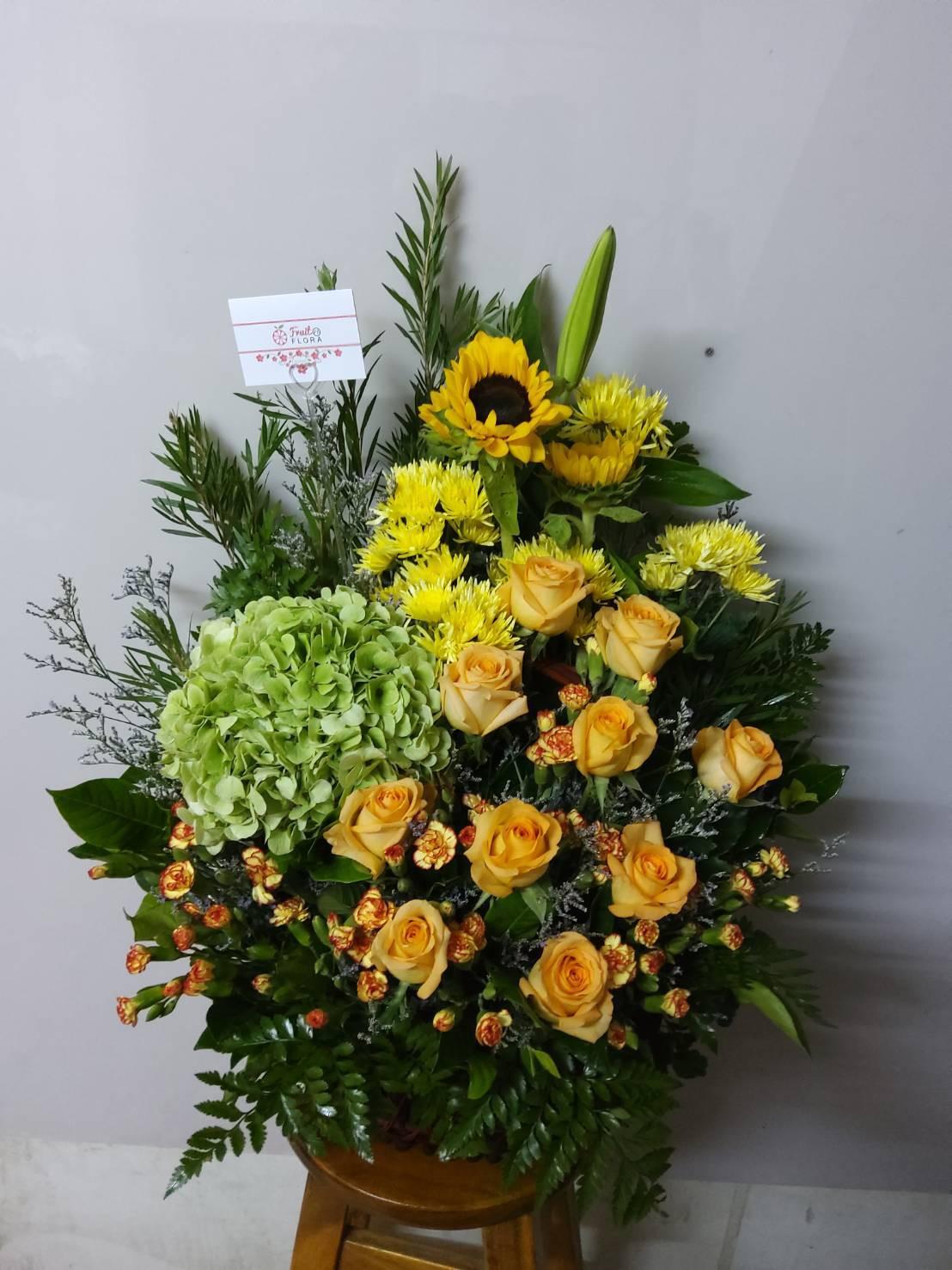 สารพัดดอกไม้โทนสีเขียว-เหลือง จัดเป็นกระเช้าสวยงามน่ามอง