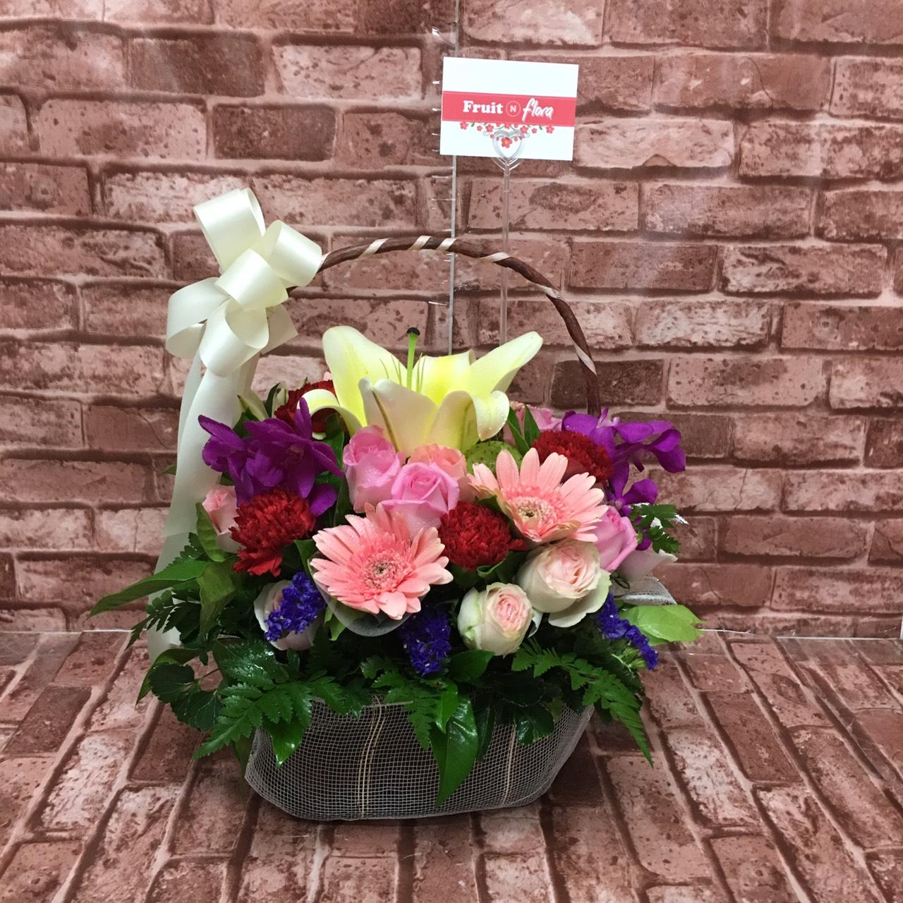 กระเช้าดอกไม้ที่ถูกใจใคร ๆ เพราะมีสีสันที่แสนสดใสและหลากหลาย