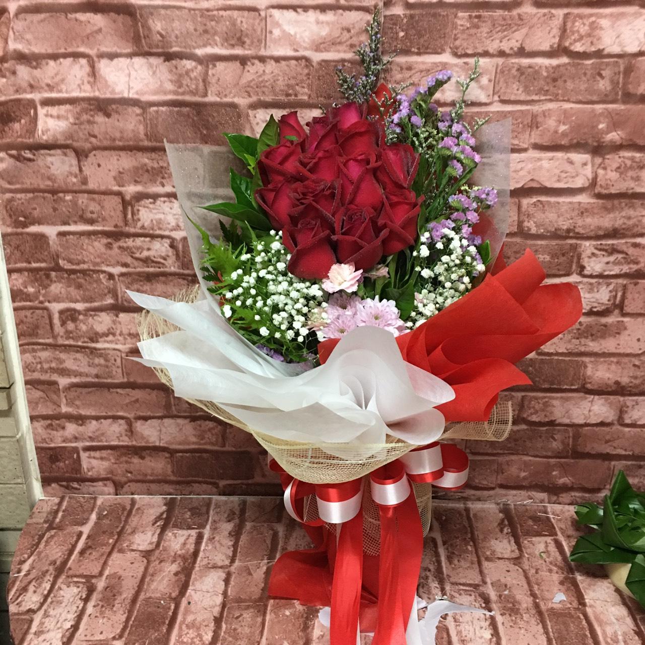 ช่อดอกกุหลาบแดงสวย ๆ ล้ำ ๆ จัดแต่งสวยงามไม่เป็นสองรองใคร