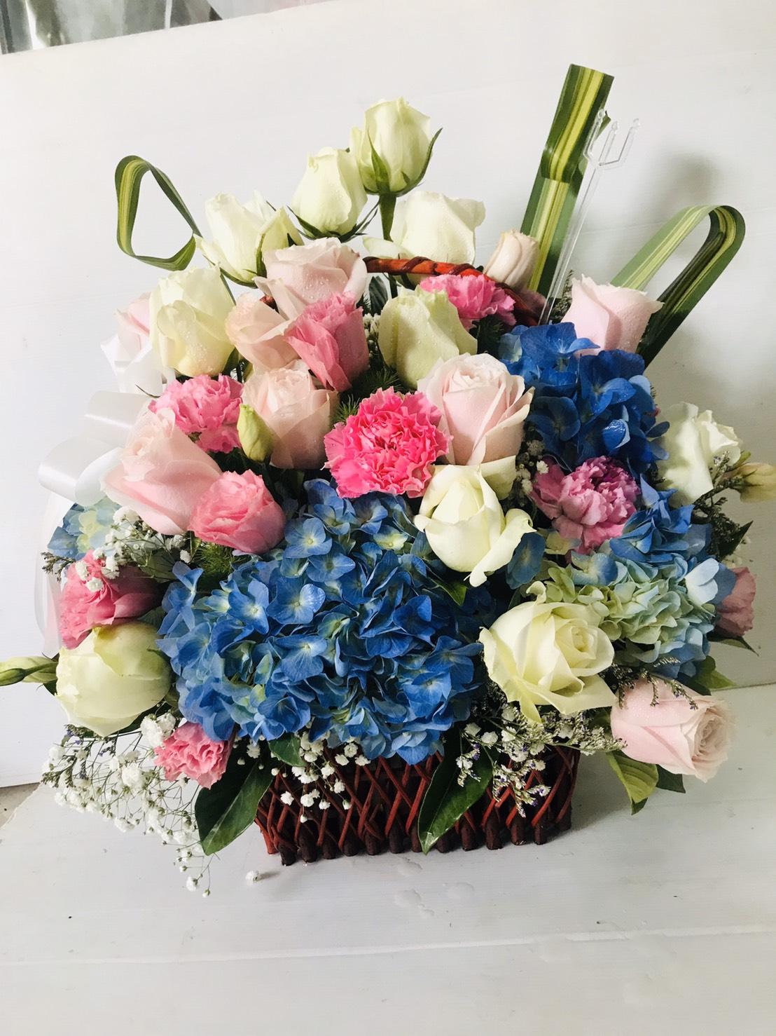 กระเช้าดอกไม้ที่ใคร ๆ ก็ชอบ มีทั้งดอกลิลลี่ กุหลาบ และไฮเดรนเยีย