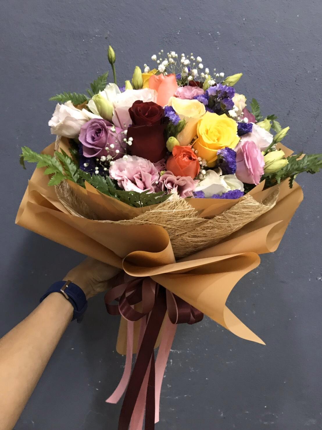 ช่อดอกกุหลาบคละสี จัดเป็นบูเก้สวย ๆ มีสไตล์และเอกลักษณ์เฉพาะตัว