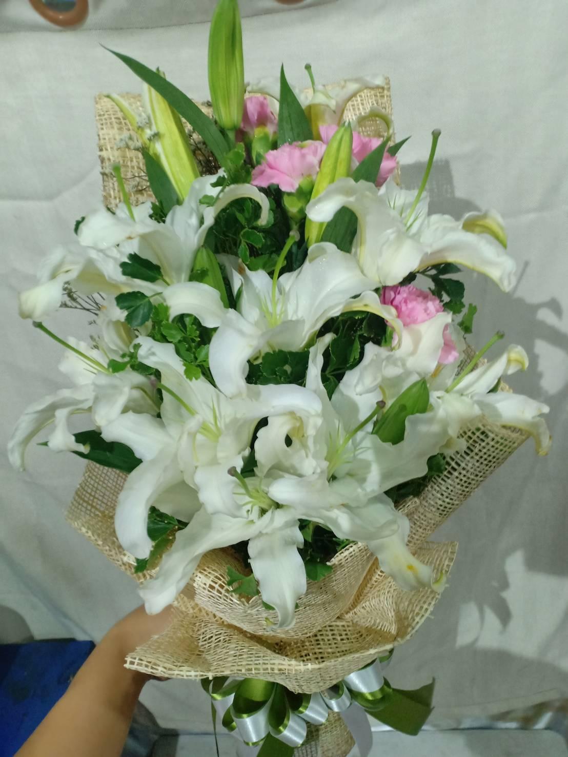 สีขาวสะอาดตาของช่อดอกไม้ คือ สัญลักษณ์แทนหัวใจที่ใสบริสุทธิ์