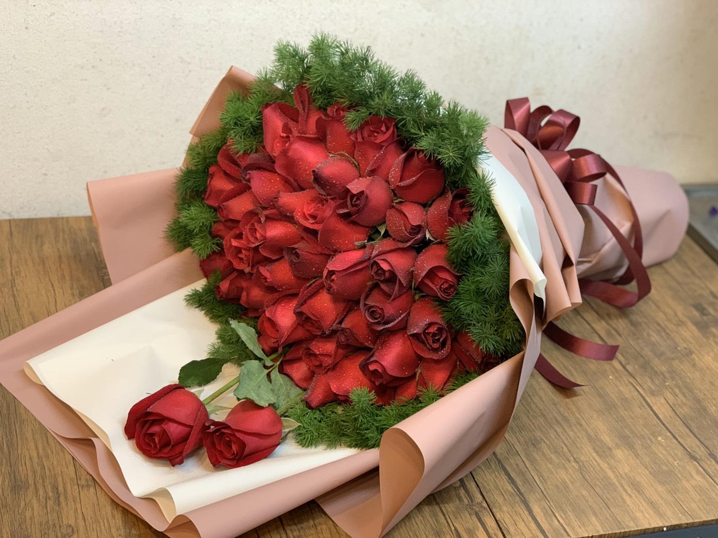 ช่อดอกกุหลาบแดงไซส์ใหญ่จุใจ ดีไซน์อย่างพิถีพิถันจนสวยและทันสมัย