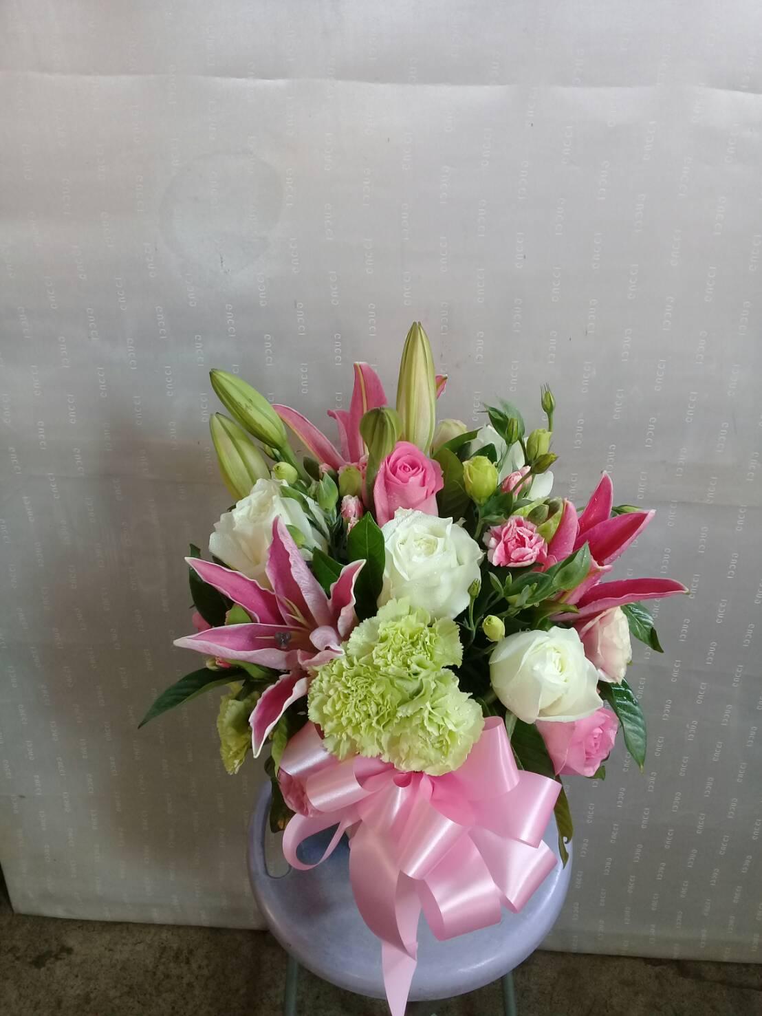 แจกันดอกไม้สวย ๆ นำกุหลาบ ลิลลี่ คาร์เนชั่น และสวอนแพลนท์ มาจัด