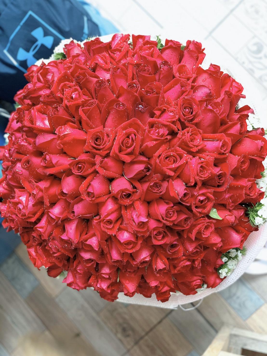 จัดหนักจัดเต็มด้วยช่อดอกกุหลาบไซส์มหึมา มีสีแดงสวยเด่นสะดุดตา
