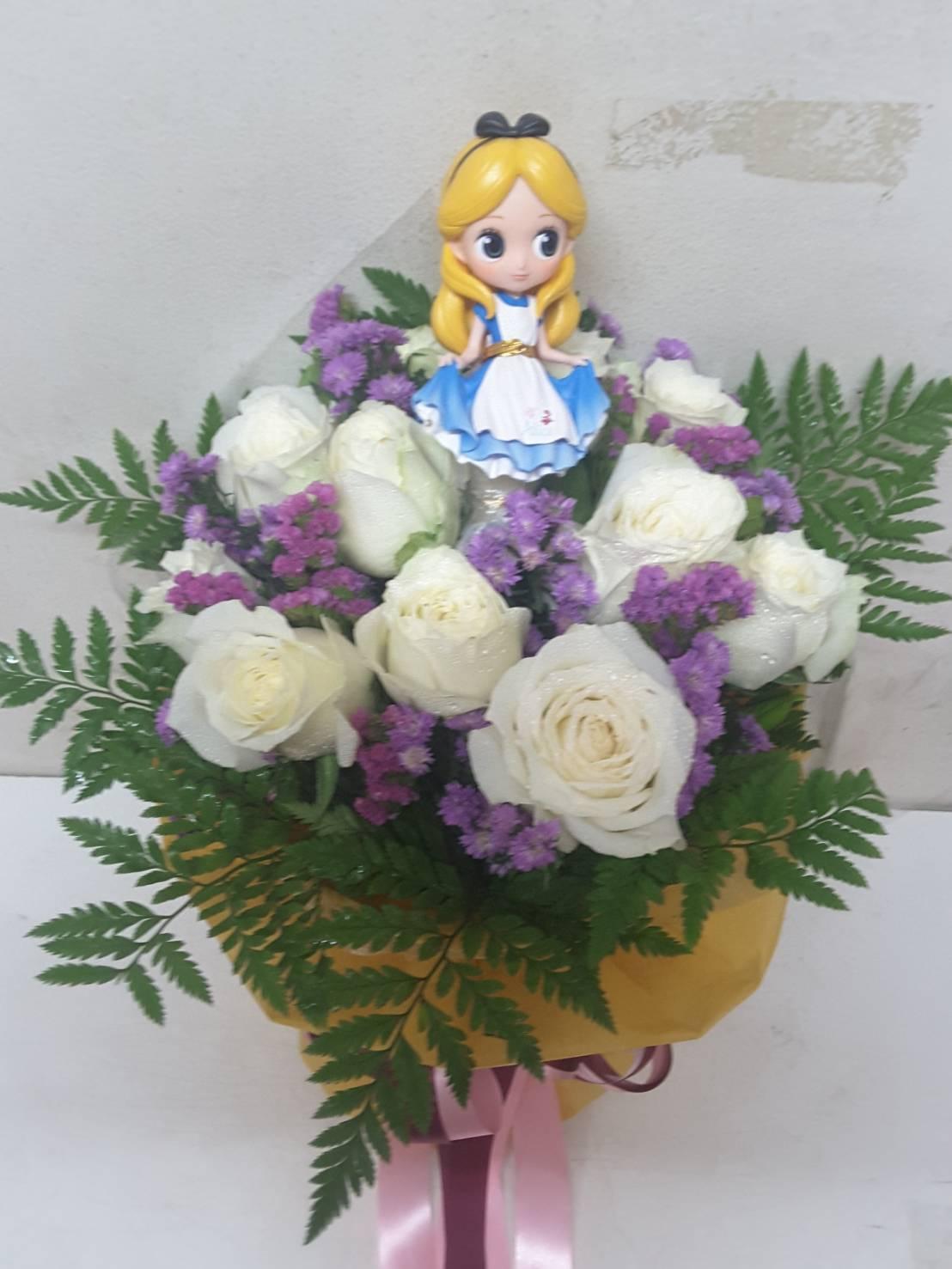 ช่อดอกกุหลาบขาวล้วนแซมด้วยดอกยิปโซ ประดับด้วยตุ๊กตาการ์ตูนอย่างน่ารัก