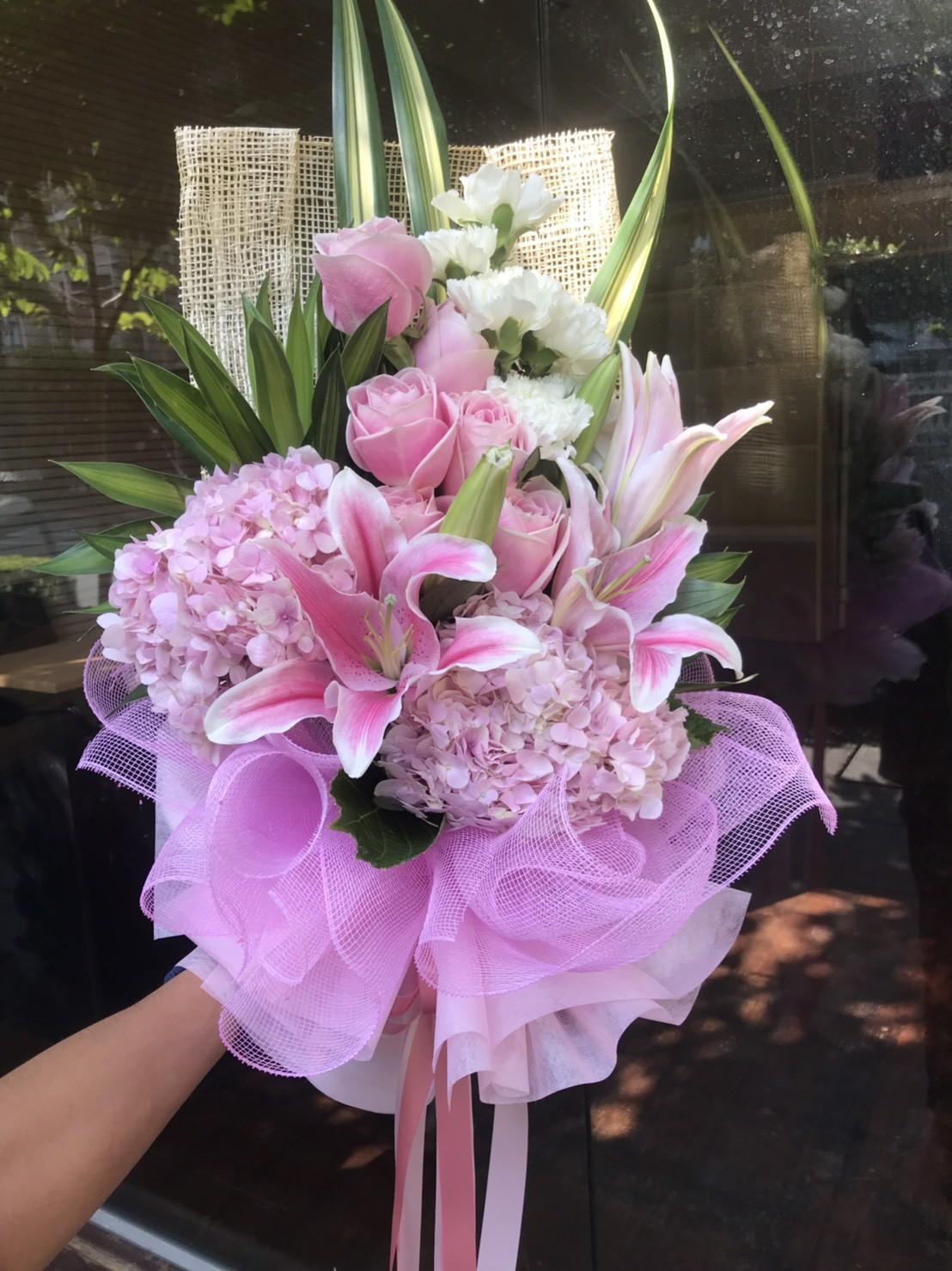 อีกหนึ่งช่อดอกไม้งานเกรดพรีเมียม ใช้ดอกไม้หลากชนิดหลายสีสัน