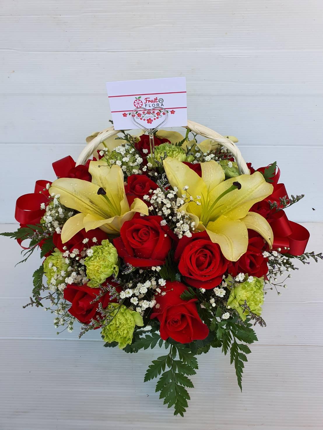 กระเช้าดอกไม้เก๋ ๆ นำดอกกุหลาบและลิลลี่ที่มีสีตัดกันมาใช้ได้ลงตัว