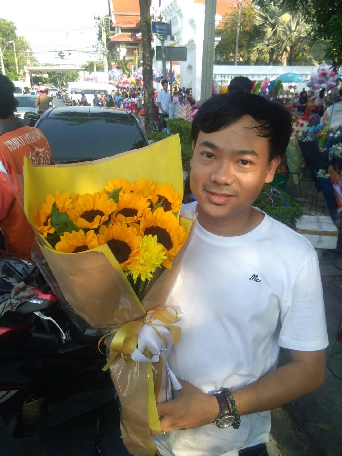 ช่อดอกทานตะวันที่มากับลุคสดใส พร้อมสร้างรอยยิ้มให้กับทุก ๆ คน
