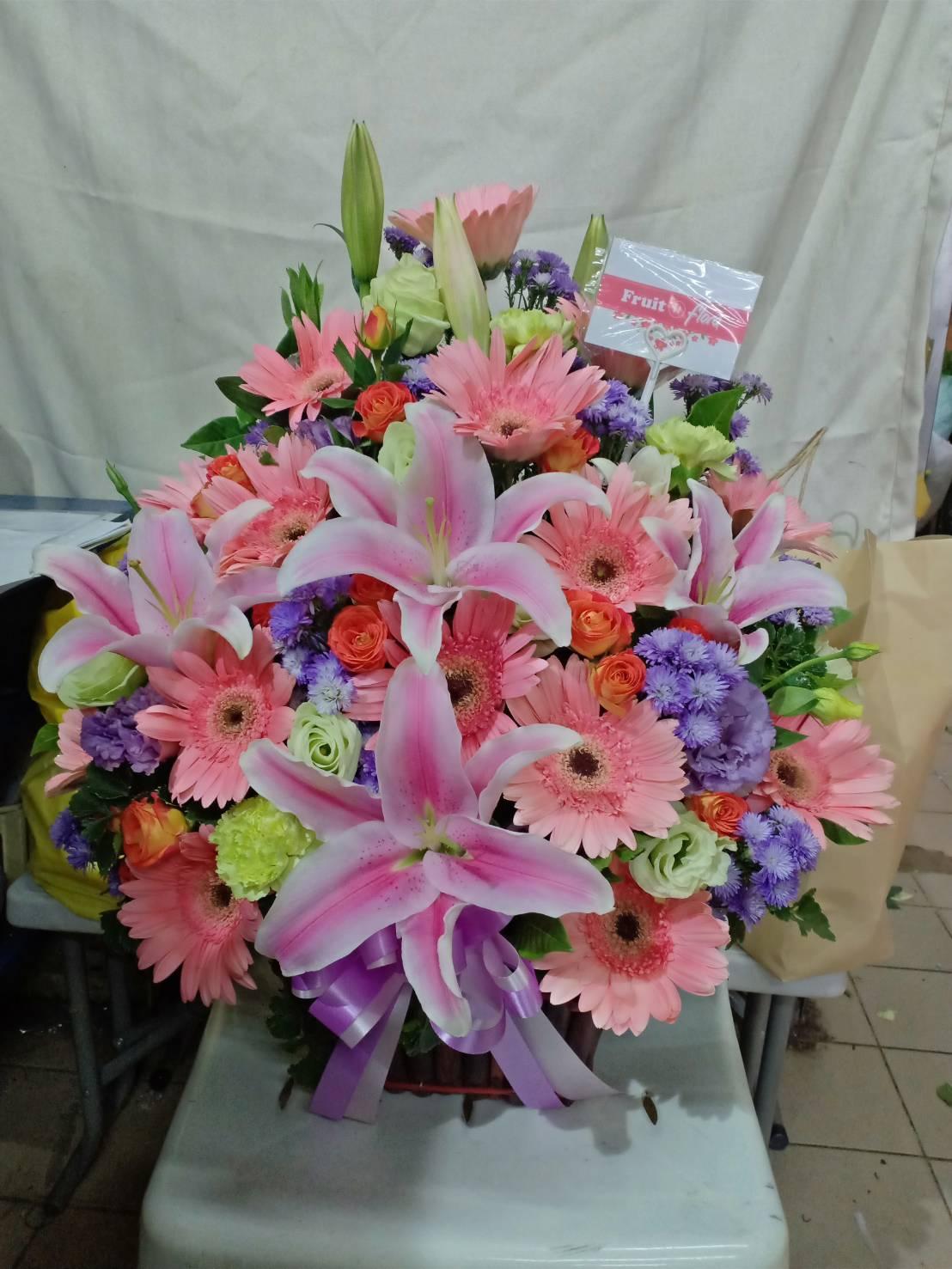 กระเช้าดอกไม้สุดพิเศษของเราจัดด้วยดอกลิลลี่ คาร์เนชั่น และเยอบีร่า