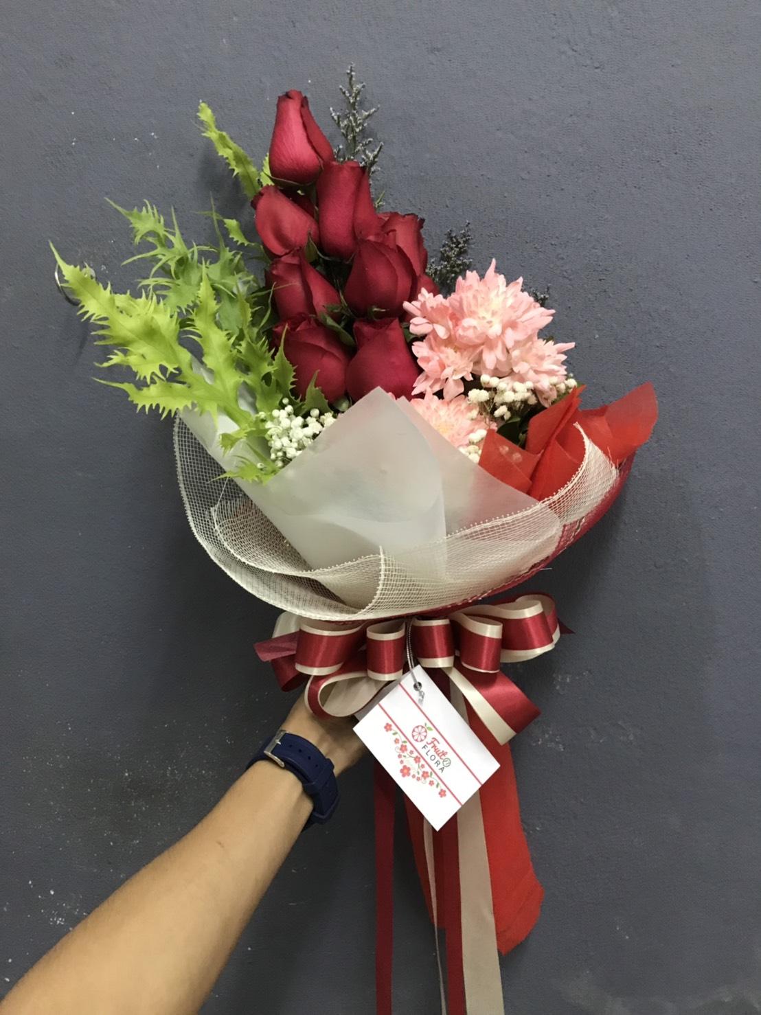 ดอกกุหลาบแดงจัดเป็นช่อดอกไม้ แซมเพิ่มเติมด้วยดอกไม้หลายชนิด