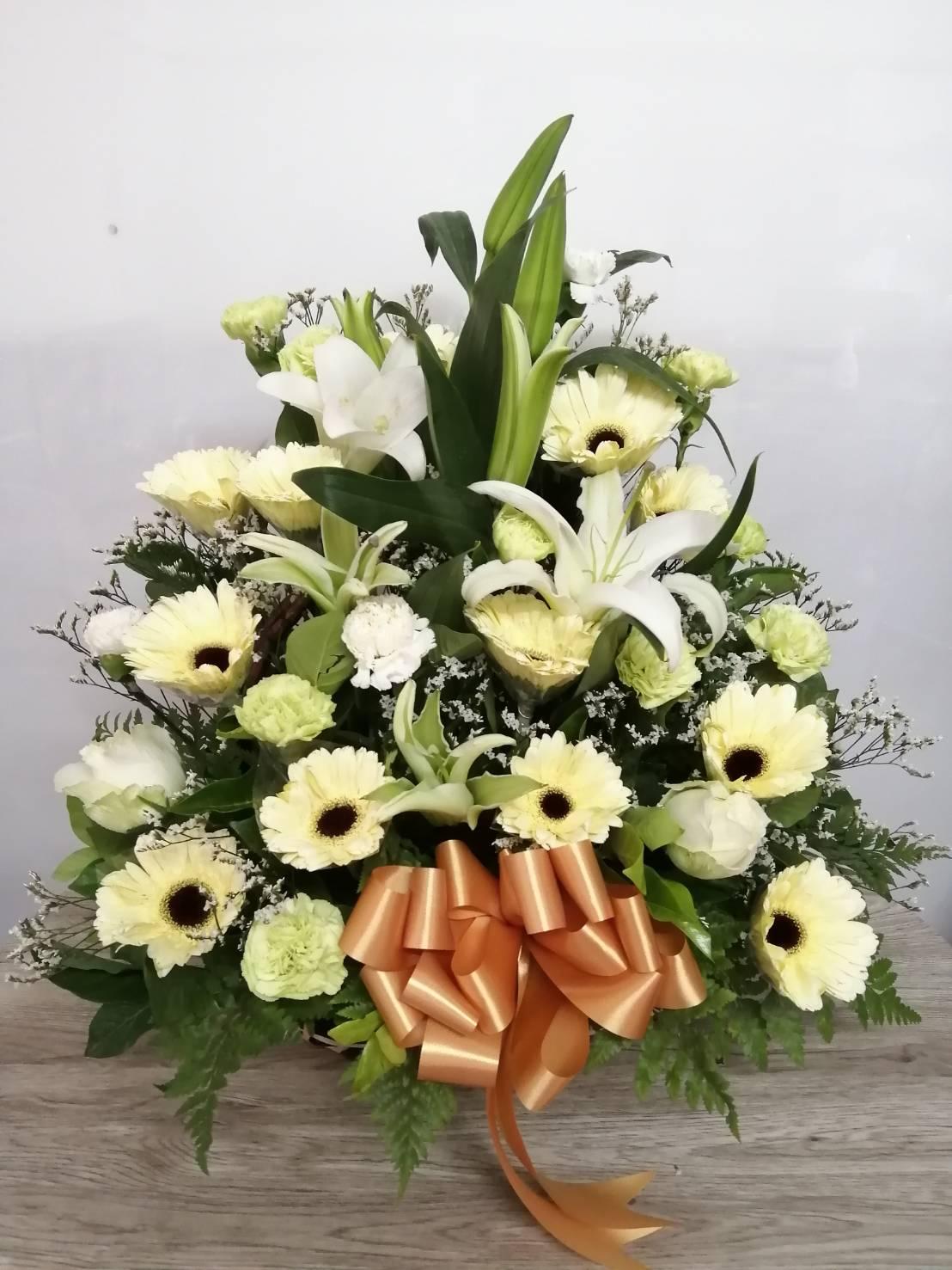 กระเช้าดอกไม้สดโทนสีขาว-เหลือง ดูสดชื่น สบายตา ให้ความรู้สึกอบอุ่น