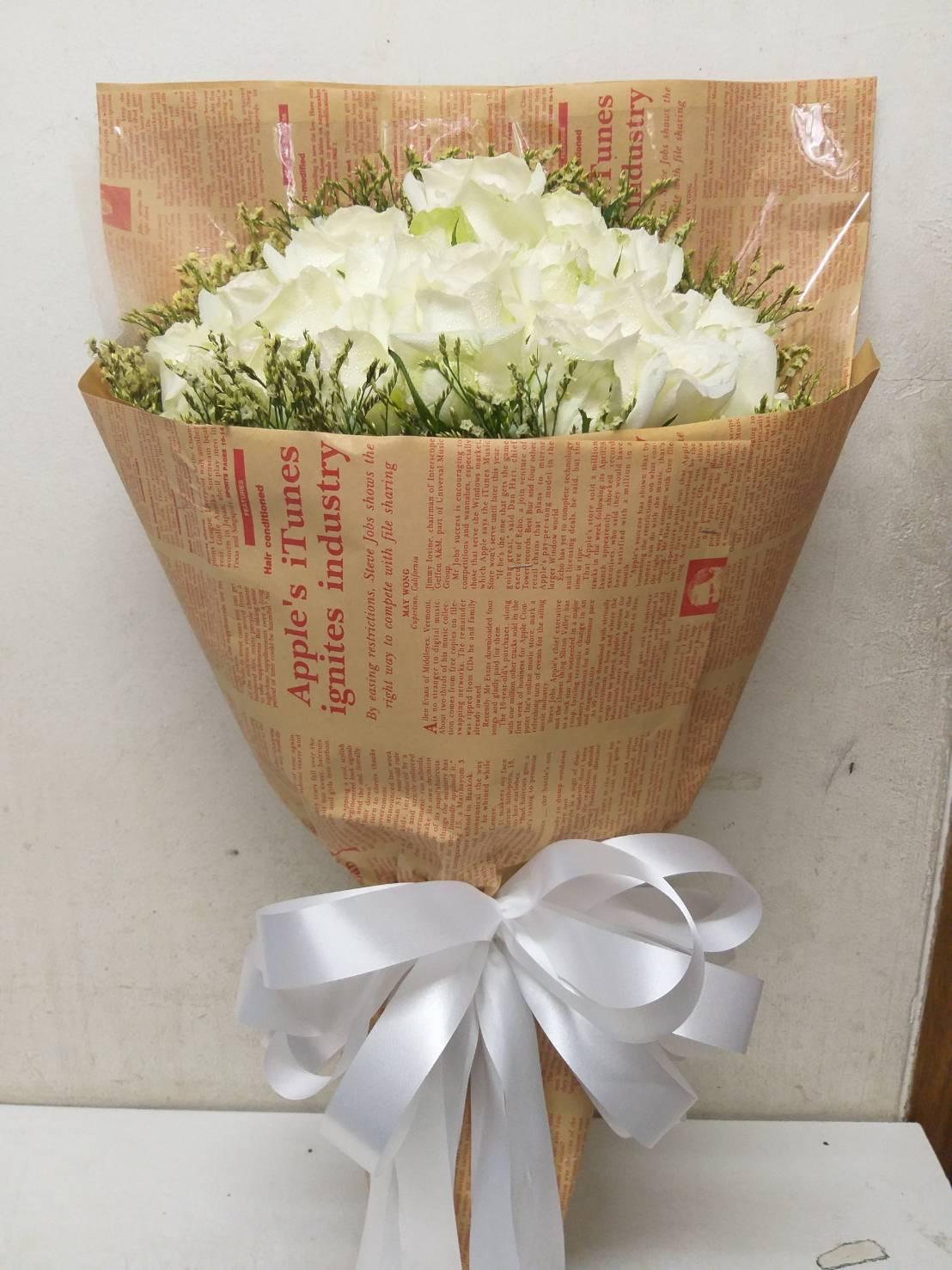 ช่อดอกไม้คลาสสิก จัดตกแต่งด้วยดอกกุหลาบขาวที่สื่อถึงความรักแท้จำนวน 30 ดอก