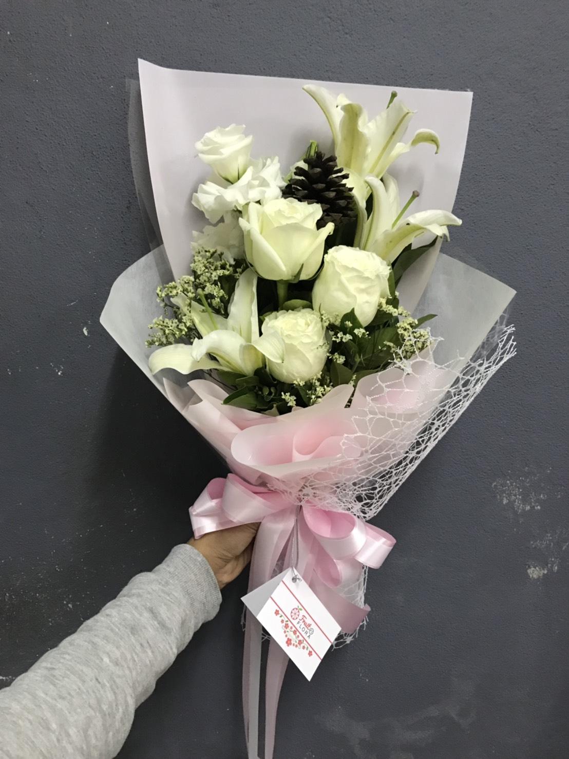 ดอกลิลลี่นำมาจัดเป็นช่อดอกไม้สีขาวล้วน ให้ความผ่อนคลายได้ดี