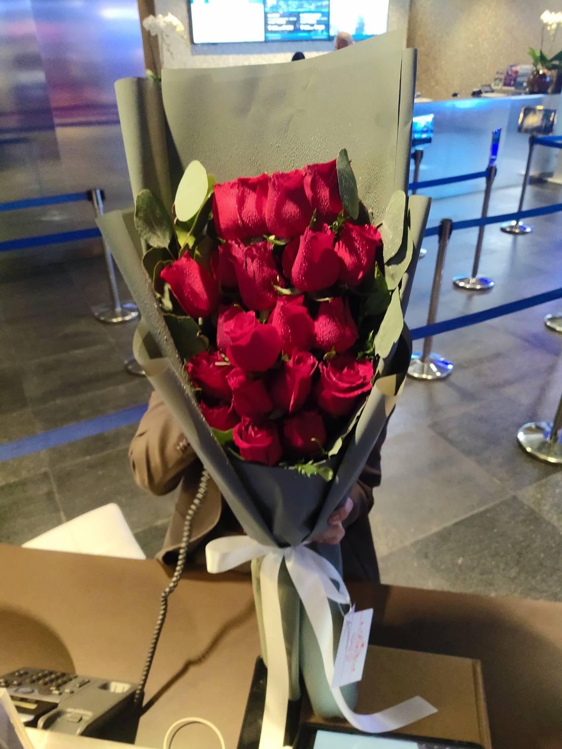 ช่อดอกไม้กุหลาบแดง 20 ดอก สื่อความหมายของความรักที่ลึกซึ้งกินใจ