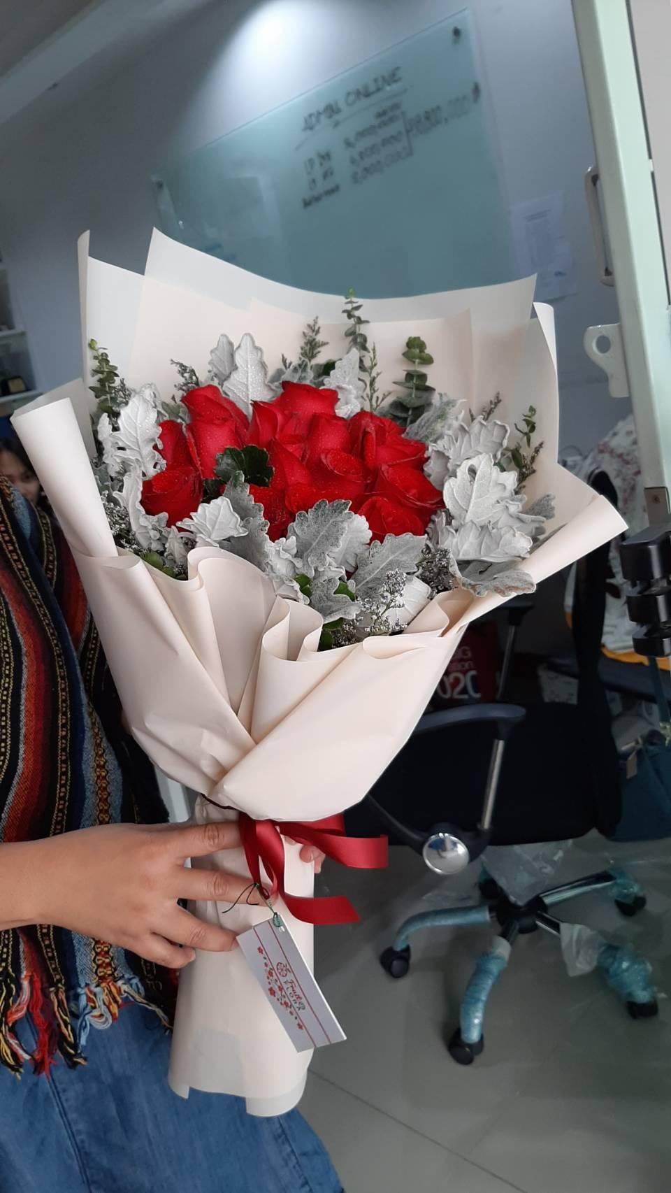สวยตราตรึงกับช่อดอกกุหลาบแดง จัดแต่งสวยงามด้วยไม้ประดับหลากชนิด