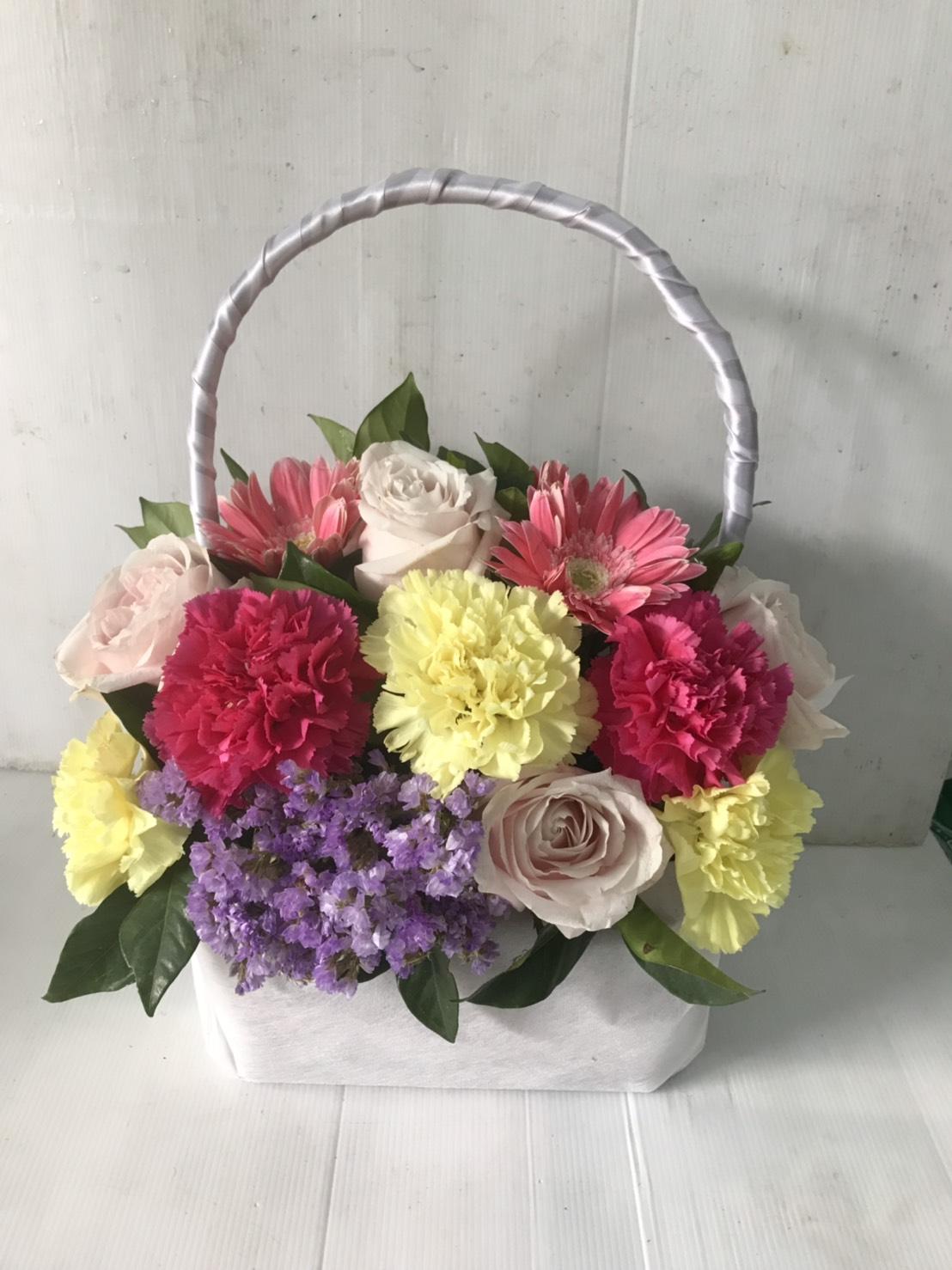 กระเช้าดอกไม้สุดน่ารัก ประกอบด้วยดอกกุหลาบ คาร์เนชั่น เยอบีร่า สแตติส