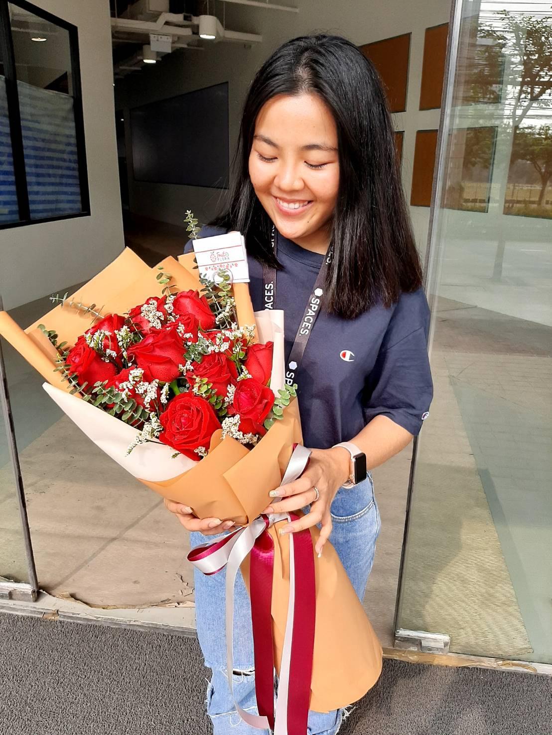 ดอกกุหลาบแดงแรงฤทธิ์ นำมาจัดเป็นช่อสุดอลังการ สร้างความประทับใจไม่รู้ลืม