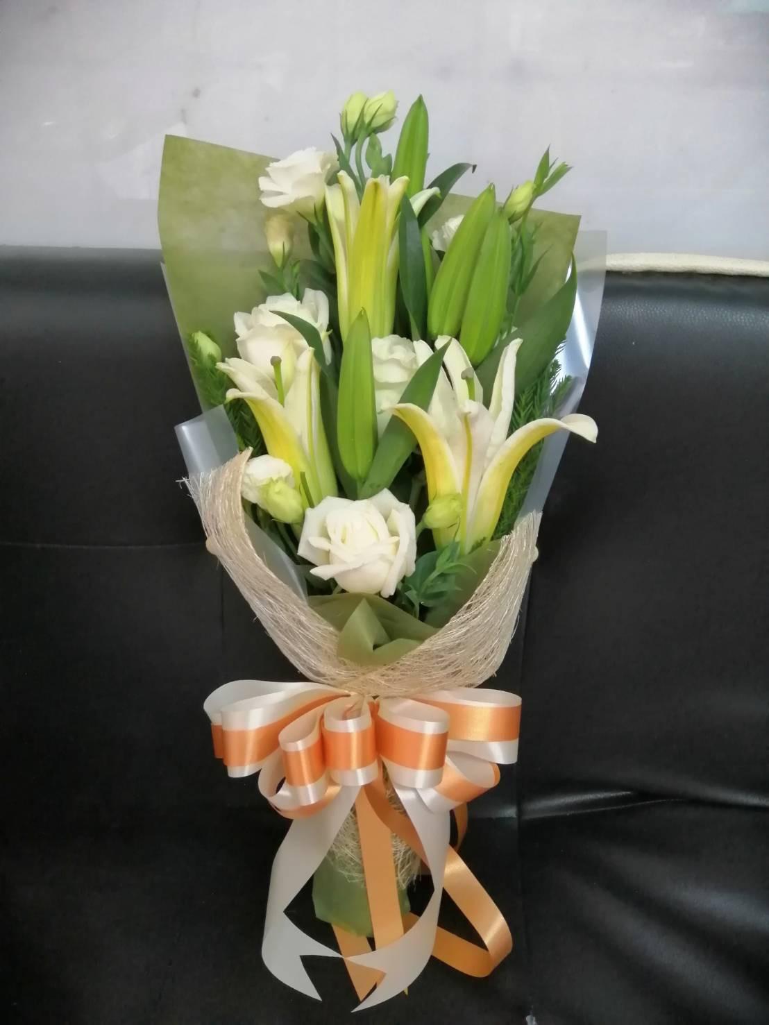 เมื่อนำดอกกุหลาบขาวและลิลลี่มาจัดเป็นช่อดอกไม้ แลดูไฮโซ สะอาดตาสุด ๆ
