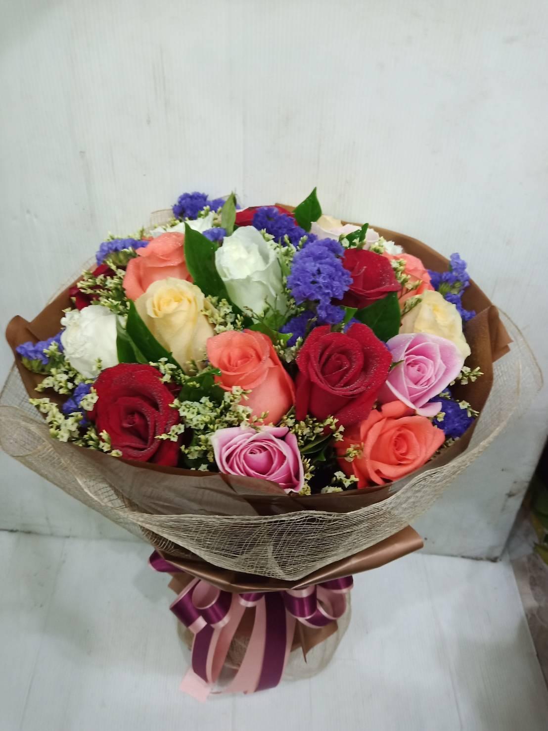 ช่อดอกกุหลาบหลากสีสันสวยงาม แซมด้วยดอกสแตติสและดอกยิปโซ