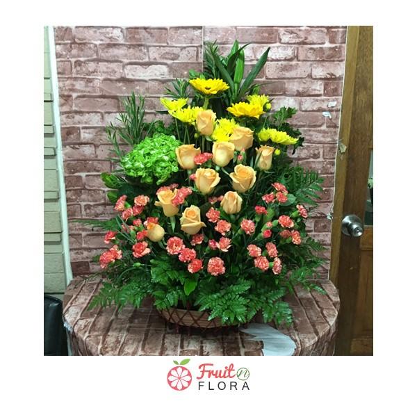 สารพัดดอกไม้ สารพันสีสันสดใสน่ามอง จัดเป็นกระเช้าอย่างสวยงาม