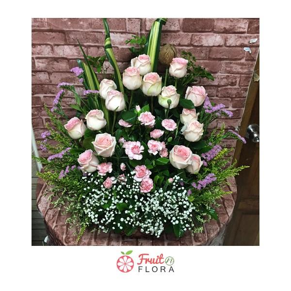 กระเช้าดอกไม้โทนสีอ่อนหวานเย็นตา ให้ความรู้สึกเย็นใจ จัดแตกแต่งด้วยดอกไม้หลากชนิด