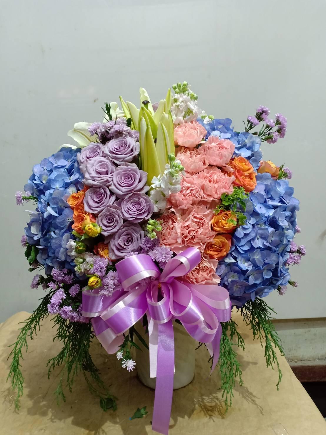 แจกันดอกไม้สดหลากสีสันนานาพันธุ์สดใส สวยงาม สบายตา
