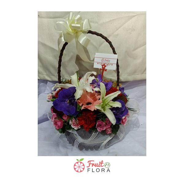 กระเช้าดอกไม้สีสันสดใสหลากหลายชนิด พร้อมมอบความห่วงใยให้แก่คนที่คุณรักแล้วค่ะ