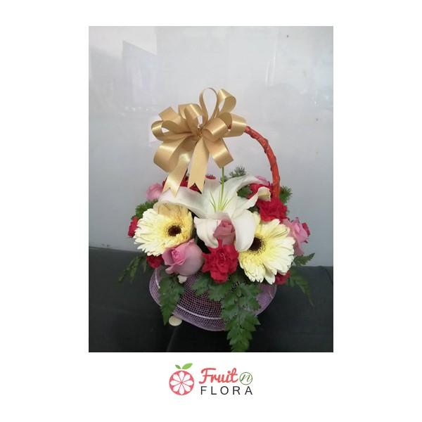 กระเช้าดอกไม้ใบจิ๋ว จัดตกแต่งด้วยดอกไม้นานาชนิดอย่างใส่ใจและพิถีพิถัน มอบให้คนที่คุณห่วงใยสิคะ