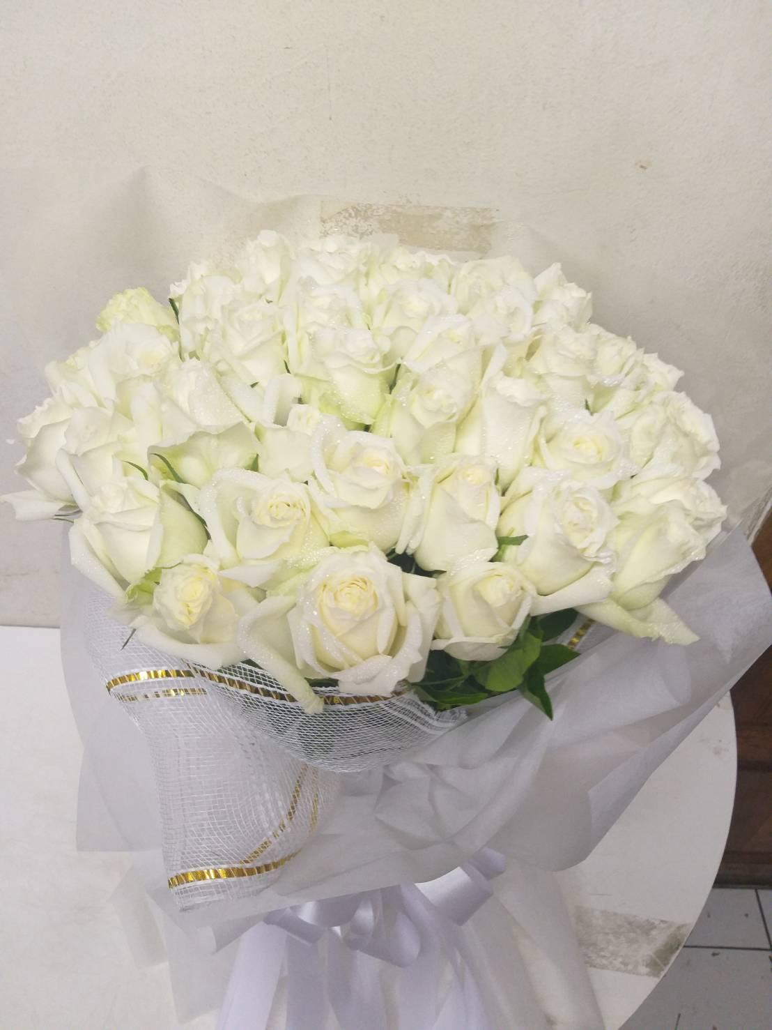 ช่อดอกกุหลาบขาว สื่อถึงความรักแท้ที่มอบให้กับคนที่คุณรักสุดหัวใจ