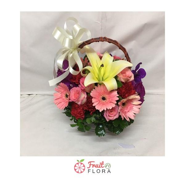 กระเช้าดอกไม้ดีไซน์ทันสมัยสไตล์มินิมอล ออกแบบสวยเนี้ยบโดยช่างดอกไม้คนเก่งค่ะ