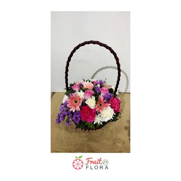กระเช้าดอกไม้เล็ก ๆ สุดน่ารัก ตกแต่งด้วยดอกกุหลาบ คาร์เนชั่น เยอบีร่า สแตติส อย่างสวยงาม