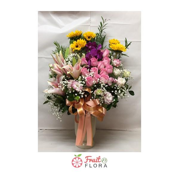 แจกันดอกไม้ใบสวยๆ ให้ความรู้สึกมีเสน่ห์ ดึงดูดสายตา จัดตกแต่งด้วยดอกไม้นานาชนิด