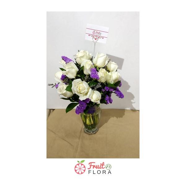 แจกันดอกไม้สวยๆ จัดแต่งด้วยดอกกุหลาบขาว 10 ดอก แซมดอกคัตเตอร์หน่อยๆ