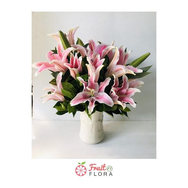 ดอกลิลลี่สีชมพูแสนหวาน ให้ความรู้สึกอบอุ่นถึงขั้วหัวใจ จัดใส่ไว้ในแจกันอย่างประณีตและใส่ใจ